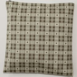 cuscino-quadretti-cuori-tortora-panna-45x45-01