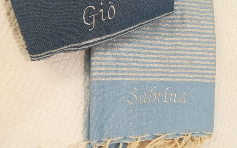 Fouta blu e azzurra modello lurex con ricamo grigio perla