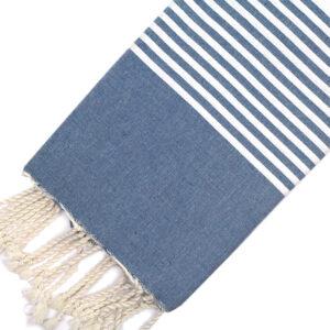 Telo mare FOUTA con linee bianche su tutta la lunghezza a tessitura classica: piatta e leggerissima. Colore blu.