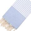 Telo mare FOUTA con linee bianche su tutta la lunghezza a tessitura classica: piatta e leggerissima. Colore celeste