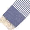 Telo mare FOUTA con linee bianche su tutta la lunghezza a tessitura classica: piatta e leggerissima. Colore blu scuro