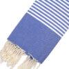 Telo mare FOUTA con linee bianche su tutta la lunghezza a tessitura classica: piatta e leggerissima. Colore blu