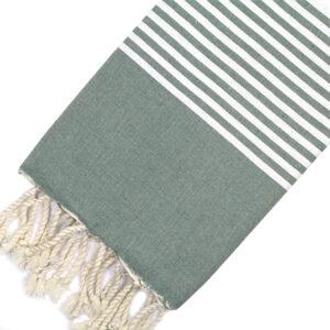 Telo mare FOUTA con linee bianche su tutta la lunghezza a tessitura classica: piatta e leggerissima. Colore verde