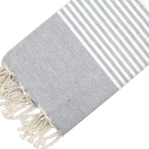 Telo mare FOUTA con linee bianche su tutta la lunghezza a tessitura classica: piatta e leggerissima. Colore grigio chiaro