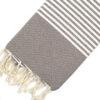 Telo mare FOUTA con linee bianche su tutta la lunghezza a tessitura classica: piatta e leggerissima. Colore tortora