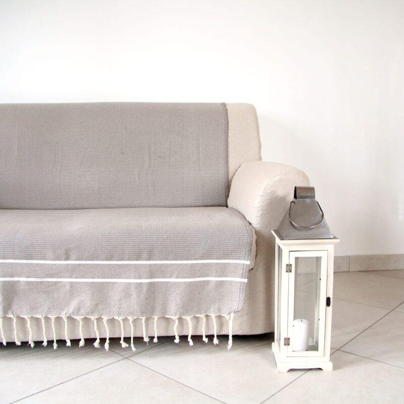 Foto soggiorno con fouta utilizzata come copridivano, telo arredo