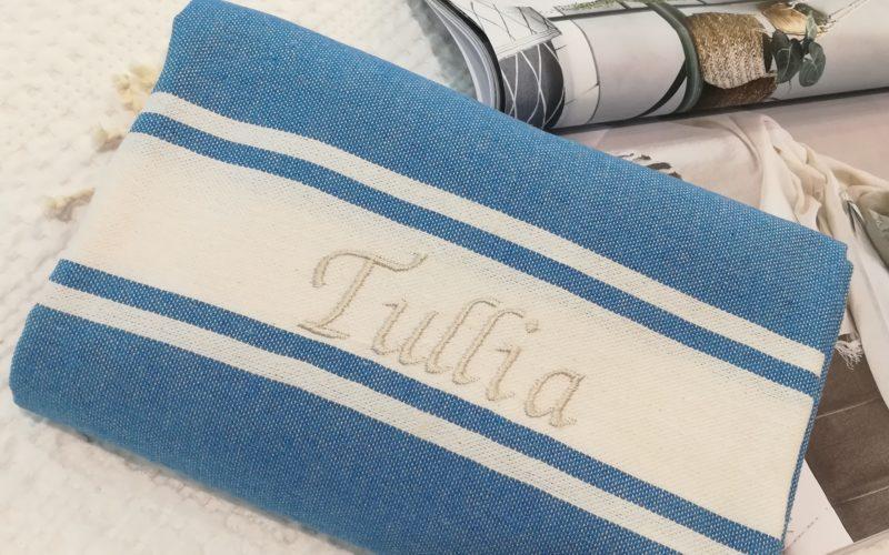 Fouta blu modello classico con ricamo grigio perla